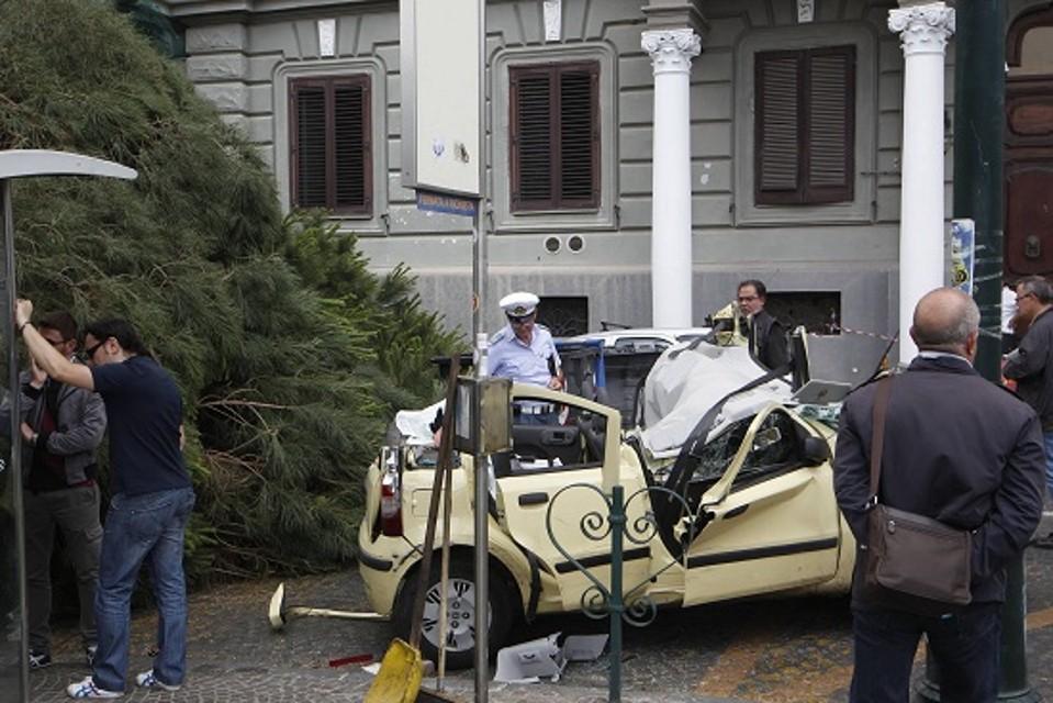 albero caduto donna muore Napoli