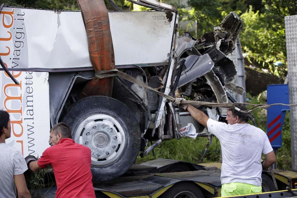 Orrore in autostrada , precipita autobus in una scarpata