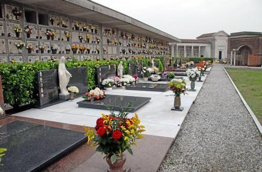 vecchietta cade nella tomba del marito