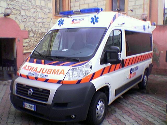 Un furgone prende fuoco a Boscoreale, tra i feriti un neonato
