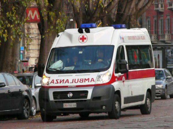 Scagliano sassi su di un bus ferendo una turista