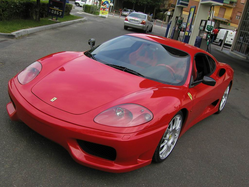 Fugge in Ferrari da due rapinatori