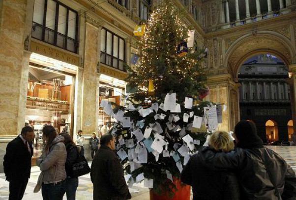 Albero Di Natale Napoli.Napoli Rubato E Ritrovato L Albero Di Natale Della Galleria Umberto