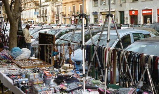 I commercianti di Napoli lottano contro l'abusivismo