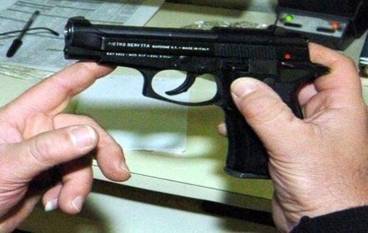 pistola contro un agente