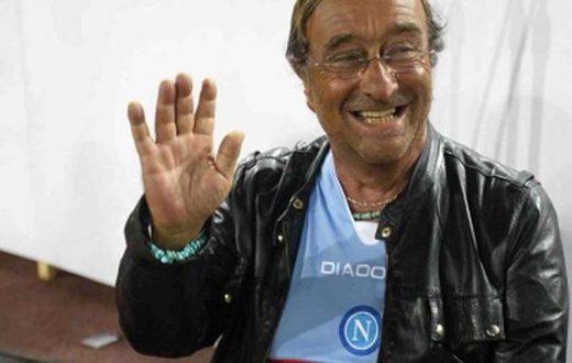 Lucio Dalla con la maglia del Napoli
