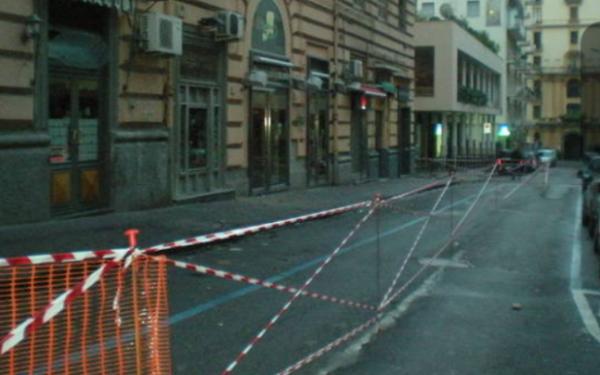 Centro storico: cornicione cade e urta auto in sosta