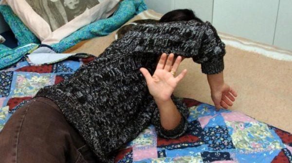 Miano - 29enne tenta di buttare una donna dal balcone