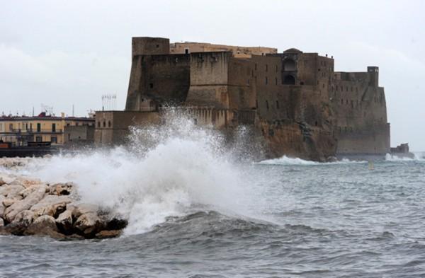 Si getta nelle acque agitate a via Caracciolo, due agenti gli salvano la vita