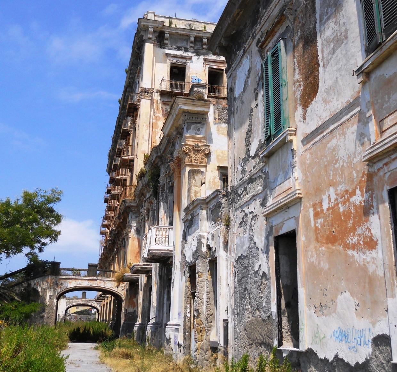 Ville vesuviane la villa d elboeuf una meraviglia del for Piani di casa cottage con portici