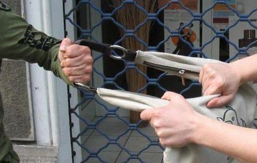 Napoli - Donna rapinata e trascinata dal malvivente