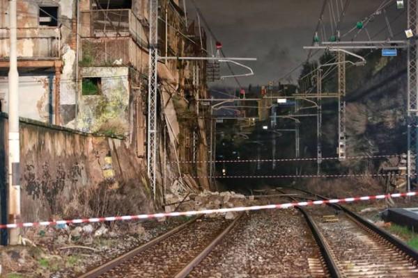 Tratta Napoli-Salerno interrotta da più di un mese per un crollo, RFI ha deciso di intervenire