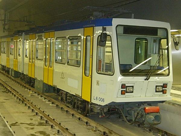 Napoli, il paradosso della metropolitana: impossibile calare i treni sui binari
