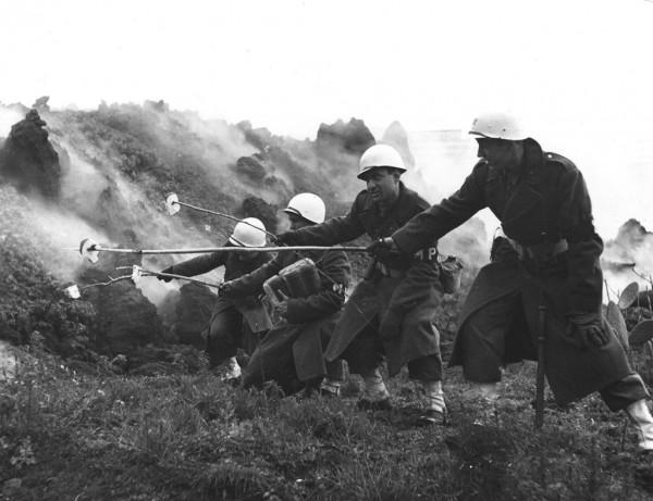Soldati abbrustoliscono il pane sul Vesuvio