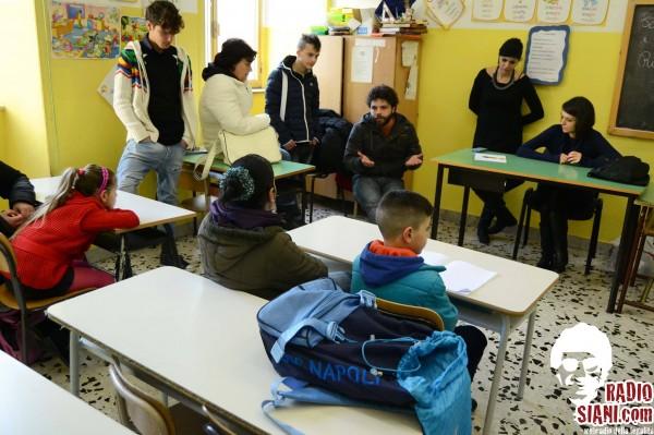 radio siani parla agli studenti di una scuola media
