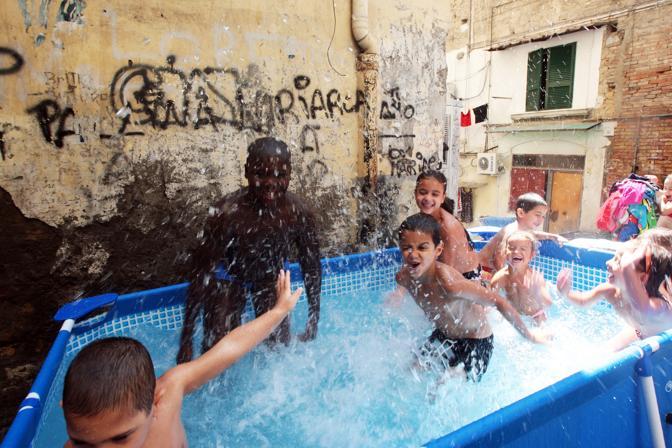 Quartieri popolari di Napoli:Vicoli, bambini, bassi