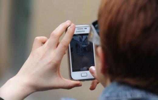 Due cugini inscenano una rapina per rubare lo smartphone di un compagno