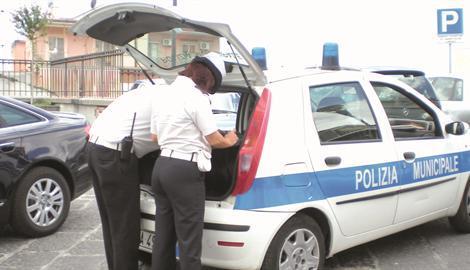 Rissa a Torre del Greco tra vigili ed ambulanti, una vigilessa è in ospedale