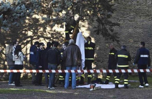Ragazzo ritrovato impiccato in Villa comunale. IL FATTO