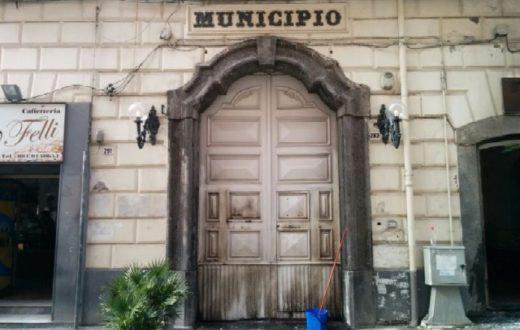 Il consigliere comunale Papa scrive una nota sull'incendio delle porte del Comune