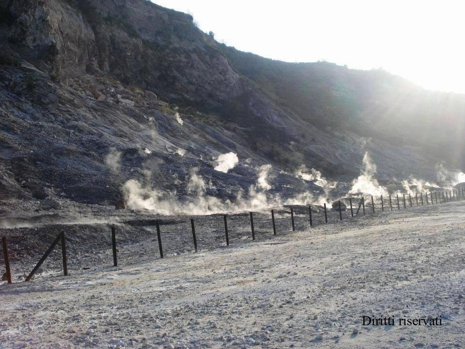 Incendio nel cratere della Solfatara: villeggianti in fuga