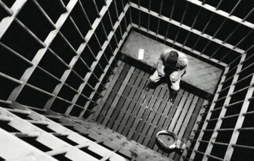 Si toglie la vita in carcere, accanto al corpo il giornale che parla di lui