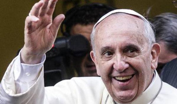 Papa: arrivato chiesa centro Roma con mitria in mano