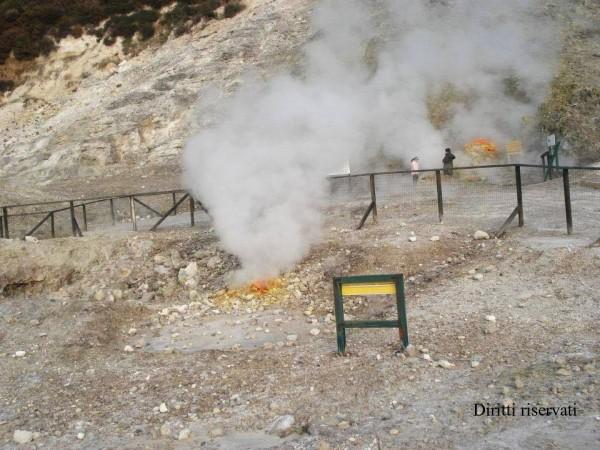 Incendio alla Solfatara, turisti e residenti in fuga: distrutta macchia mediterranea