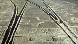 Incidente sui binari del tram, spazzino ferito