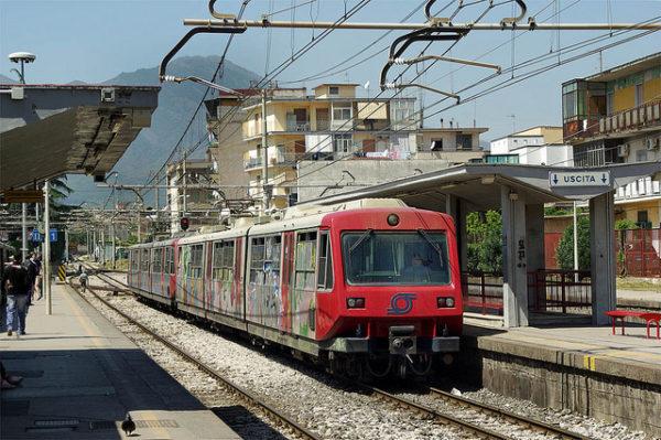 miracolo in circumvesuviana: donna tenta il suicidio, ma il treno è in ritardo .
