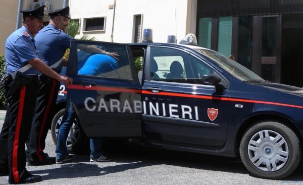 carabinieri stese ragazzi in manette