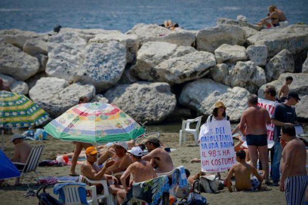 """Spiagge libere per tutti"", sit-in tra i bagnanti a Napoli"