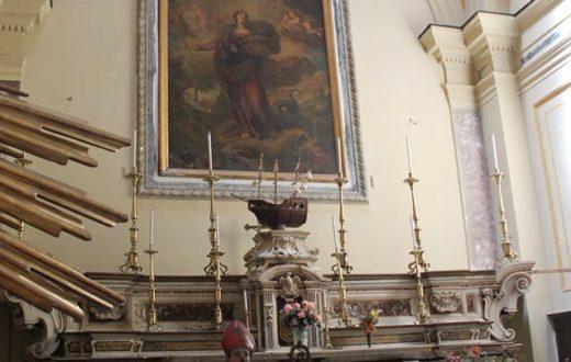 Santa Marta e il mostro. Alatare con dipinto di Andrea e Nicola Vaccaro.
