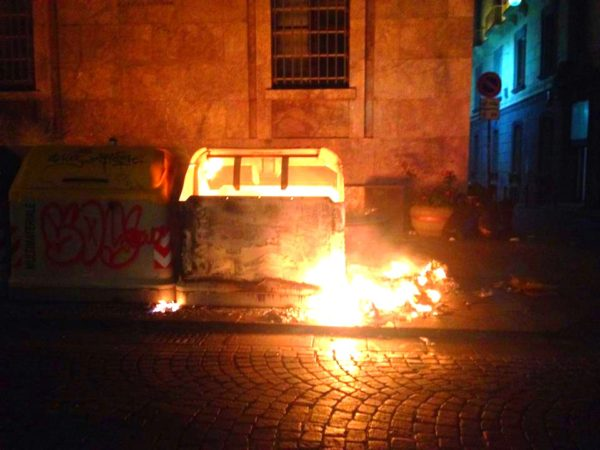Cassonetto in fiamme a via Toledo