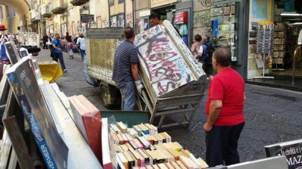 Port'Alba, il Comune sta sequestrando le bancarelle dei libri