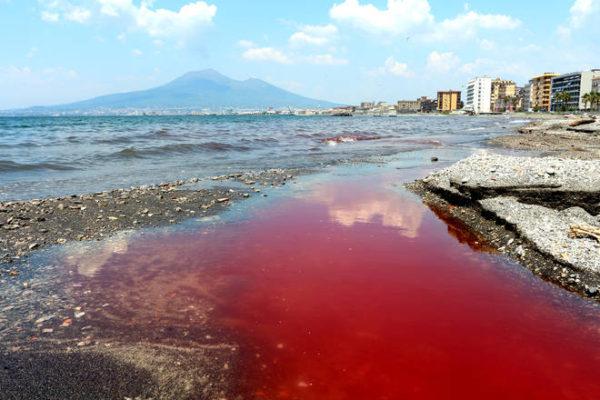 castellammare di stabia - mare rosso sangue