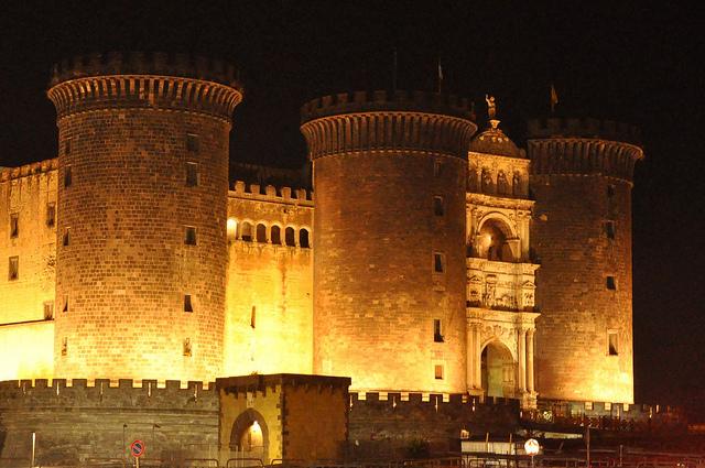 Il Maschio Angioino tra arte e incanto, Leottoezerotre sul palco del castello