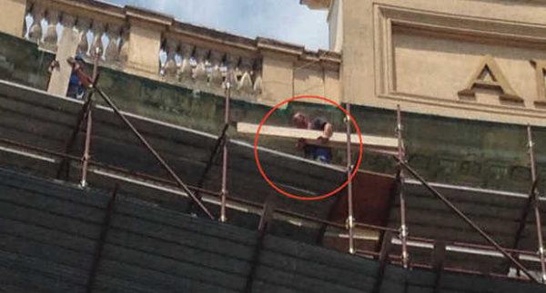 Galleria Umberto I di Napoli - operai in pericolo