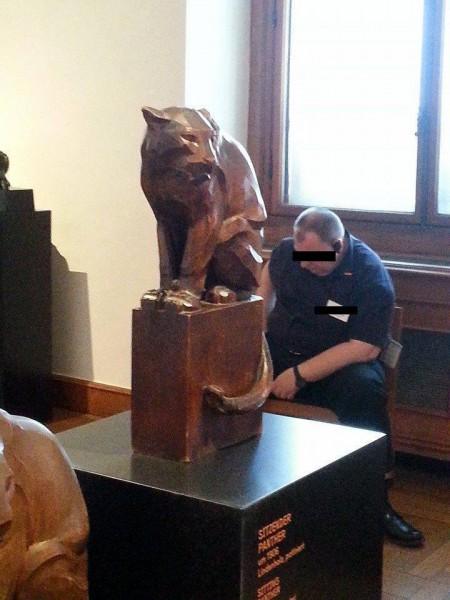 """Custode che dorme al museo """"Albertina"""" di Vienna"""
