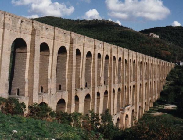 Visuale laterale Acquedotto Carolino