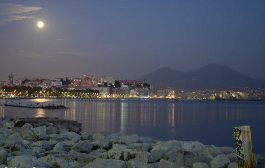 lungomare di napoli nightview con luna piena