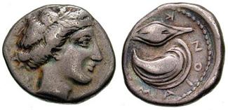 Moneta di Cuma, raffigurante la ninfa Kyme sul dritto e il mitile (molluso simile alla vongola), un chicco di frumento con legenda KYMAION. Foto Wikipedia