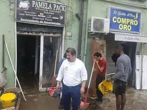 A spalare il fango anche il vice console dell'Ecuador, in camicia bianca