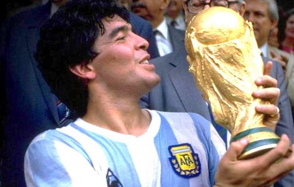 Napoli, scarpette e maglia di Maradona rubate a collezionista: ritrovate dalla polizia