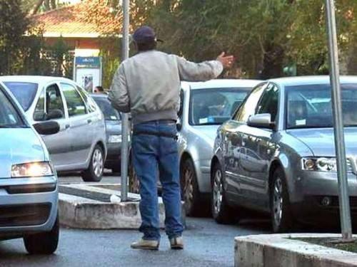 Minaccia e picchia un ausiliario che faceva le multe, parcheggiatore abusivo arrestato