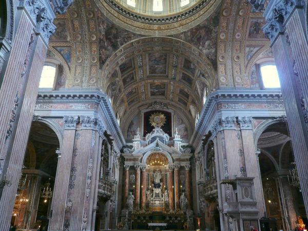 1200px-Interno_della_Chiesa_del_Gesù_Nuovo