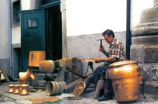 Artigiano della lavorazione del rame