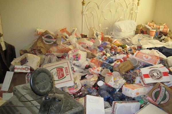 Casa coperta di spazzatura