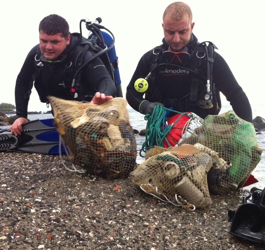 Sommozzatori ripuliscono il mare