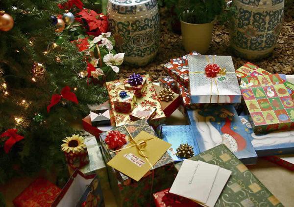 Albero Di Natale Regali.Regali Di Natale Sotto L Albero Cibo E Giocattoli